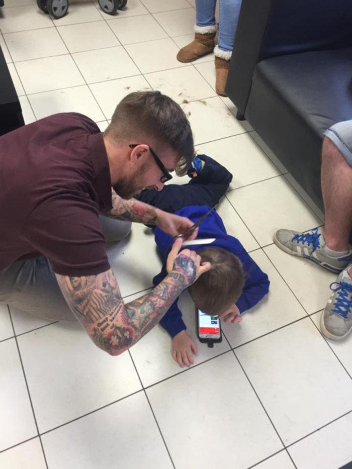 Ένας κομμωτής προσεγγίζει με ανεπανάληπτο τρόπο παιδί με αυτισμό - εικόνα 2