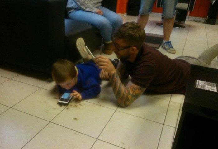 Ένας κομμωτής προσεγγίζει με ανεπανάληπτο τρόπο παιδί με αυτισμό - εικόνα 3