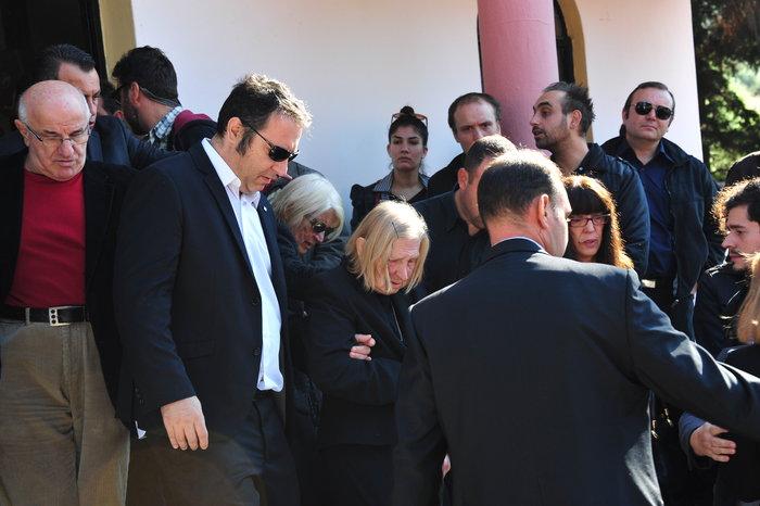 Πλήθος κόσμου στην κηδεία του Κώστα Τσάκωνα - εικόνα 3