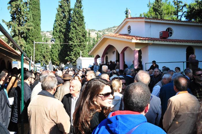 Πλήθος κόσμου στην κηδεία του Κώστα Τσάκωνα - εικόνα 5