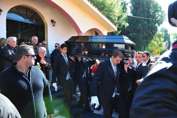 Πλήθος κόσμου στην κηδεία του Κώστα Τσάκωνα - εικόνα 6