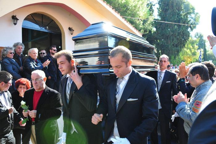 Πλήθος κόσμου στην κηδεία του Κώστα Τσάκωνα - εικόνα 7