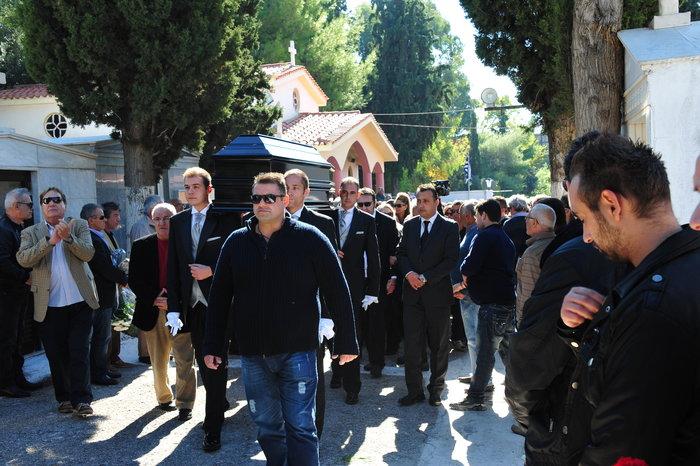 Πλήθος κόσμου στην κηδεία του Κώστα Τσάκωνα - εικόνα 8