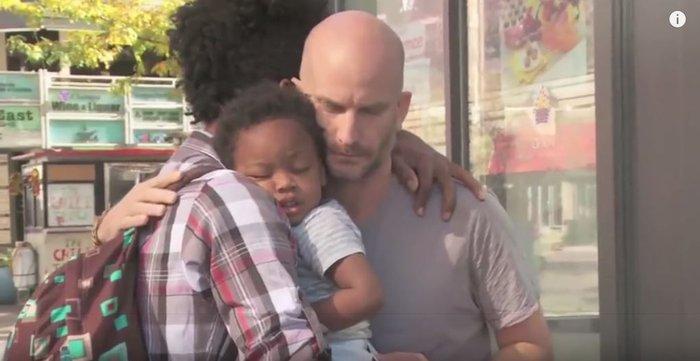 Αστεγος πατέρας ξεσπά σε κλάματα όταν ένας ξένος κάνει κάτι σπουδαίο! - εικόνα 2