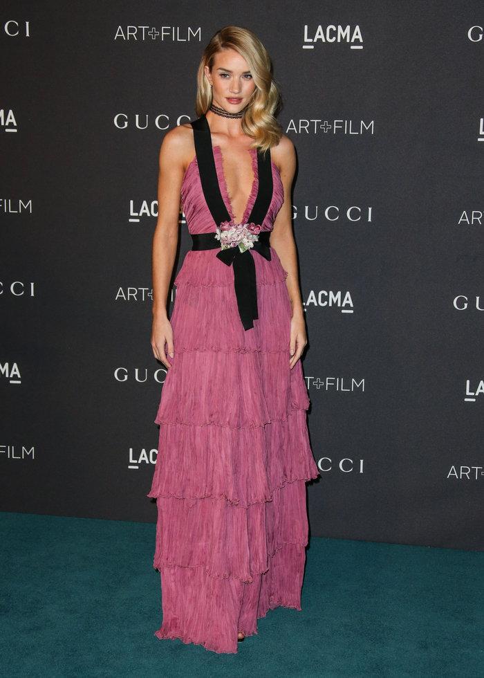 Ο «αθώος άγγελος» φόρεσε ροζ φόρεμα με αβυσσαλέο ντεκολτέ που... μαγνήτισε - εικόνα 2