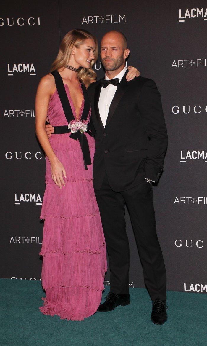 Ο «αθώος άγγελος» φόρεσε ροζ φόρεμα με αβυσσαλέο ντεκολτέ που... μαγνήτισε - εικόνα 3