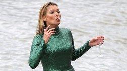 H Κέιτ Μος βουτά με ένα ποτήρι σαμπάνια στα βρώμικα νερά του Τάμεση