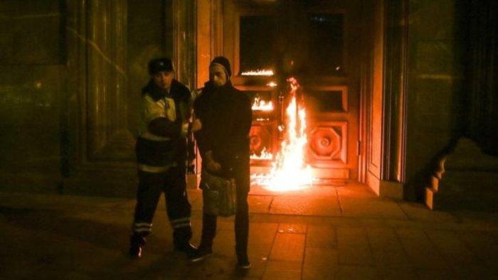 Ένας καλλιτέχνης βάζει φωτιά στην KGB - εικόνα 2