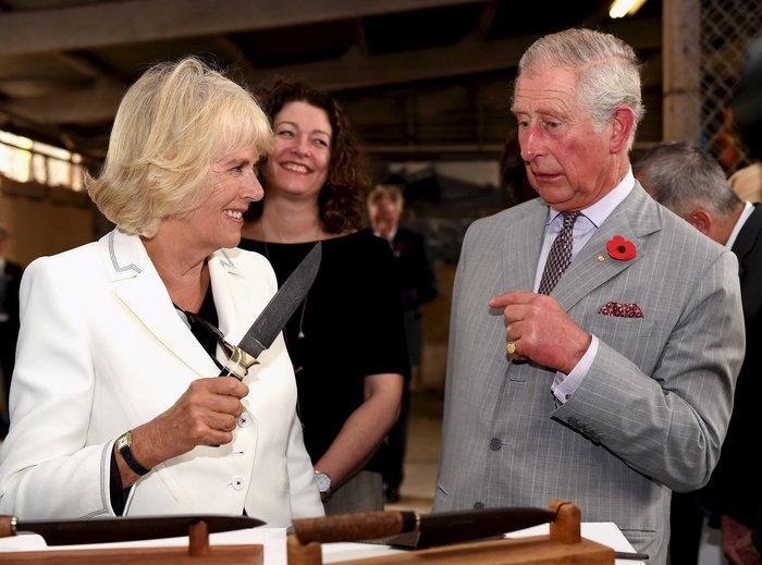 Η Καμίλα απείλησε δημοσίως με μαχαίρι τον πρίγκιπα Κάρολο