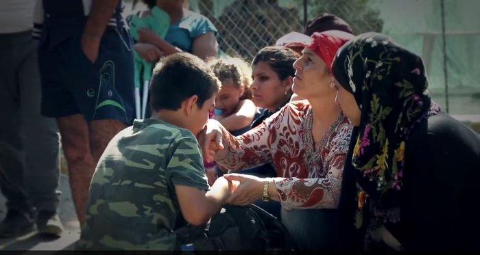 Ποιος θα γίνει φίλος μου τώρα; Προσφυγόπουλο της Λέσβου συγκίνησε τον κόσμο - εικόνα 2