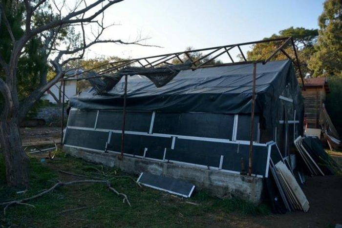 Νεαρός αρχιτέκτονας στη Λέσβο μετατρέπει τις πλαστικές βάρκες σε σκηνές