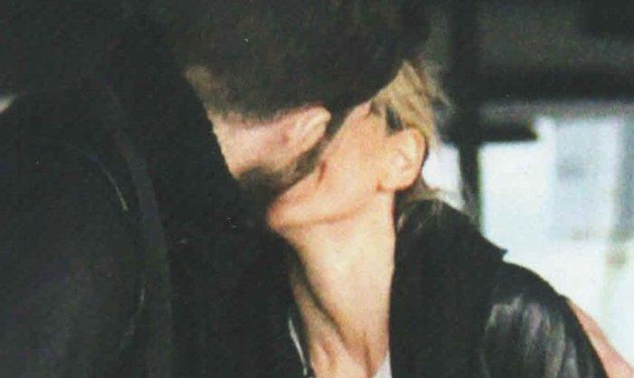 Αυτά είναι τα πιο καυτά φιλιά της ερωτευμένης σόουμπιζ, σε δημόσια θέα - εικόνα 3