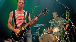 eagles-of-death-metal-to-gkroup-pou-gemise-to-bataclan