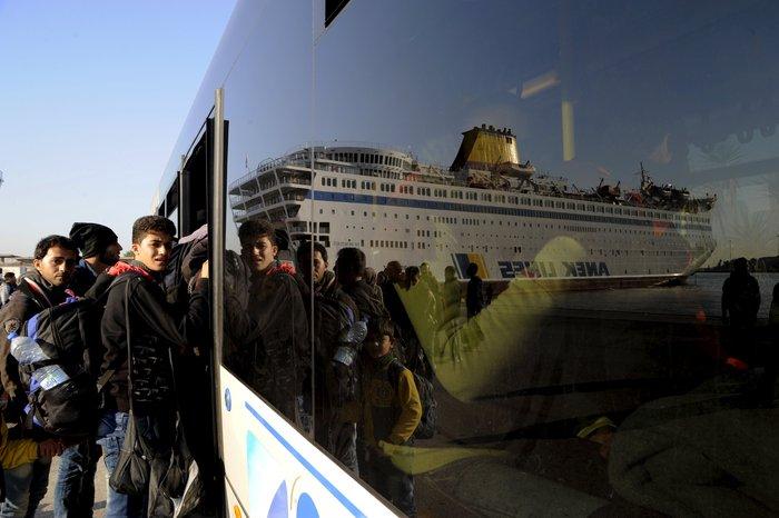 Σχεδόν 5000 πρόσφυγες αποβιβάστηκαν από 3 πλοία σήμερα στον Πειραιά