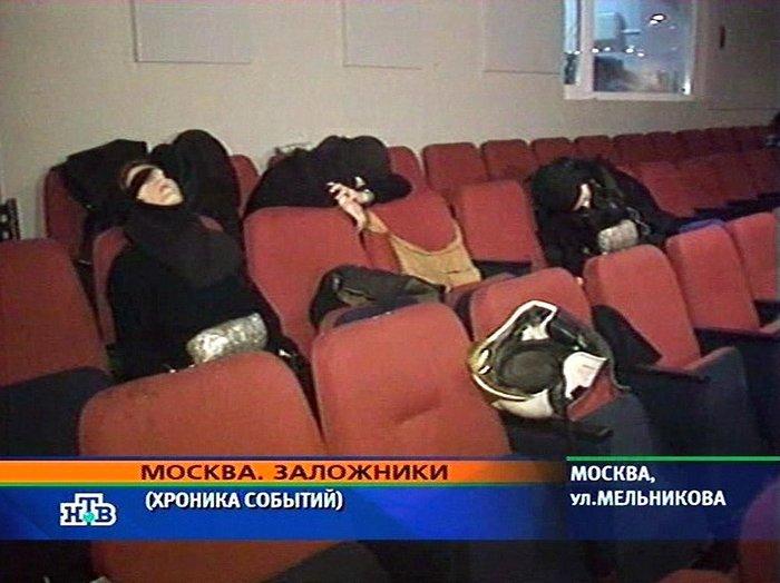 Αίθουσα του θεάτρου Πολιτισμού της Μόσχας. Στο θέατρο ήταν 800 και πλέον θεατές. Οι Μαύρες Χήρες νεκρές, ζωσμένες με τα εκρηκτικά στα καθίσματα του θεάτρου. Οι Τσετσένοι το είχαν παγιδεύσει με 120 κιλά εκρηκτικά.