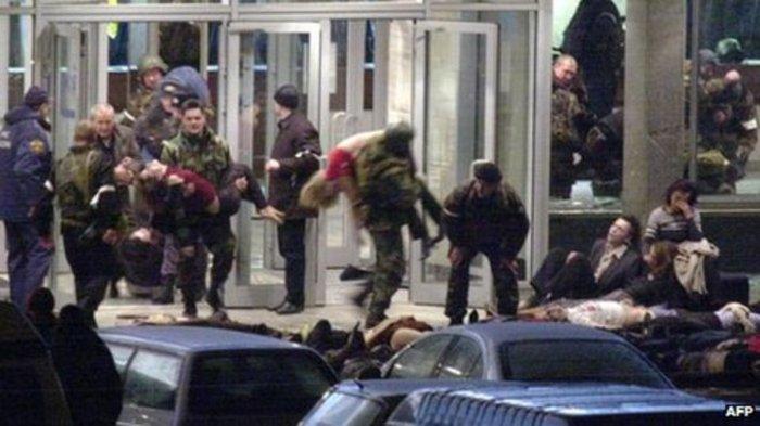 Σάββατο 27 Οκτωβρίου 2002, έξω από το θέατρο της Μόσχας, ένας στρατιώτης μεταφέρει ένα παιδί, σώο μετά από 55 ώρες ομηρίας.