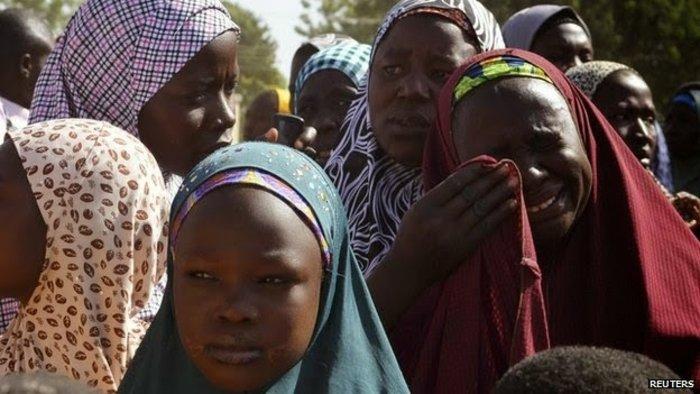 Μητέρες έξω από το σχολείο που έγινε η απαγωγή. 15 μαθήτριες απέδρασαν. 185 ακόμα αγνοούνται