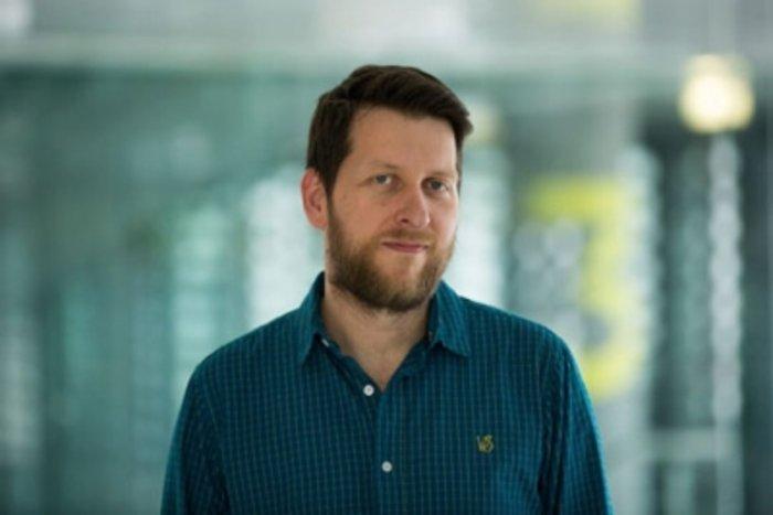 Θοδωρής Χιώτης, ποιητής και θεωρητικός της λογοτεχνίας, υποψήφιος διδάκτορας νεοελληνικής φιλολογίας στο Πανεπιστήμιο της Οξφόρδης