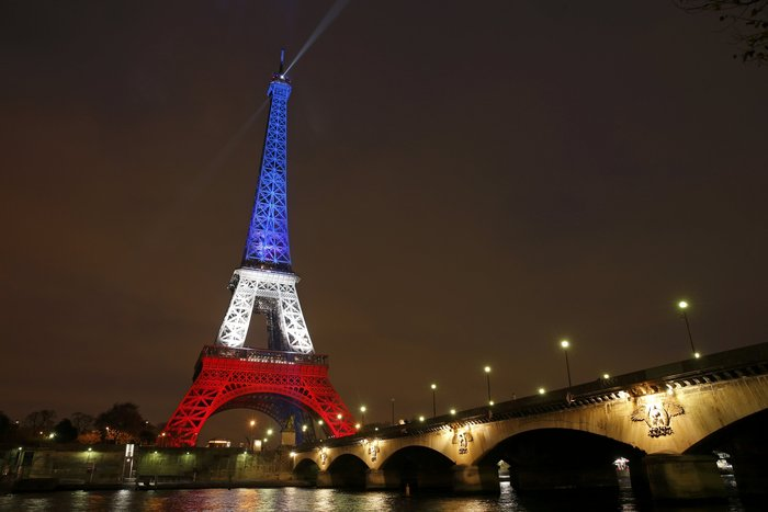 Ο Πύργος του Άιφελ φωτίστηκε πάλι στα χρώματα της Γαλλίας
