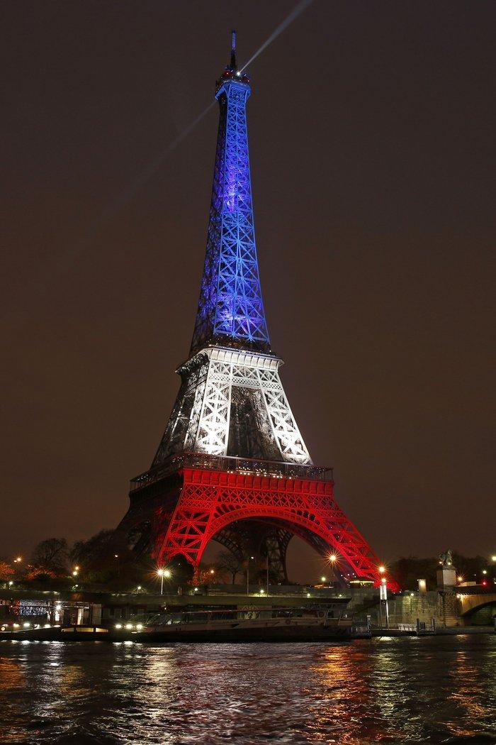 Ο Πύργος του Άιφελ φωτίστηκε πάλι στα χρώματα της Γαλλίας - εικόνα 2