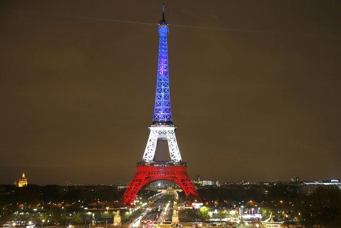 Ο Πύργος του Άιφελ φωτίστηκε πάλι στα χρώματα της Γαλλίας - εικόνα 4