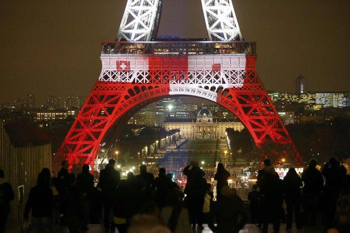 Ο Πύργος του Άιφελ φωτίστηκε πάλι στα χρώματα της Γαλλίας - εικόνα 5