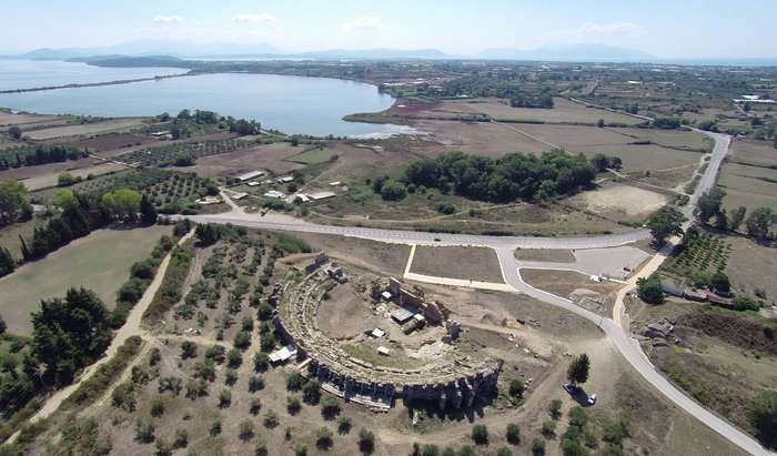 Αεροφωτογραφία από βορρά του Θεάτρου της Νικόπολης κατά τη διάρκεια των εργασιών