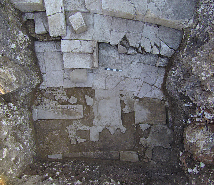 Αποκάλυψη εδωλίων του κάτω κοίλου (ima cavea) και του δαπέδου της ορχήστρας με εσοχές της ένθετης πολύστιχης επιγραφής.