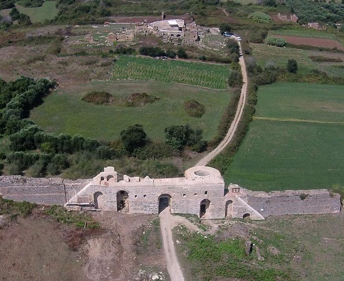 Αεροφωτογραφία από ανατολάς της δυτική πύλης γνωστής ως «Αραπόπορτας» των παλαιοχριστιανικών τειχών καθώς και του ωδείου στο τέλος των εργασιών στερέωσης και αποκατάστασης