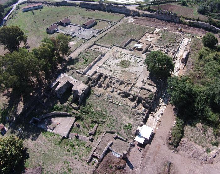 Αεροφωτογραφία του οίκου του εκδίκου Γεωργίου γνωστού ως «Βασιλόσπιτο» ἠ «Παλάτι» κατά τη διάρκεια των εργασιών