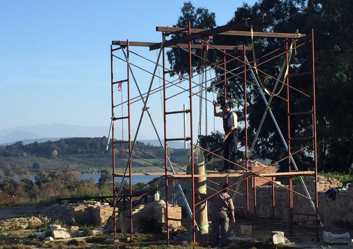 Αναστήλωση κιόνων στο περιστύλιο του οίκου του εκδίκου Γεωργίου. Παριστάνεται η τοποθέτηση κίονα στην ανατολική πτέρυγα της στοάς.