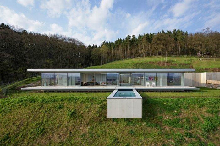 Δείτε το σπίτι από γυαλί, ατσάλι και τσιμέντο που... κρύβεται στον λόφο
