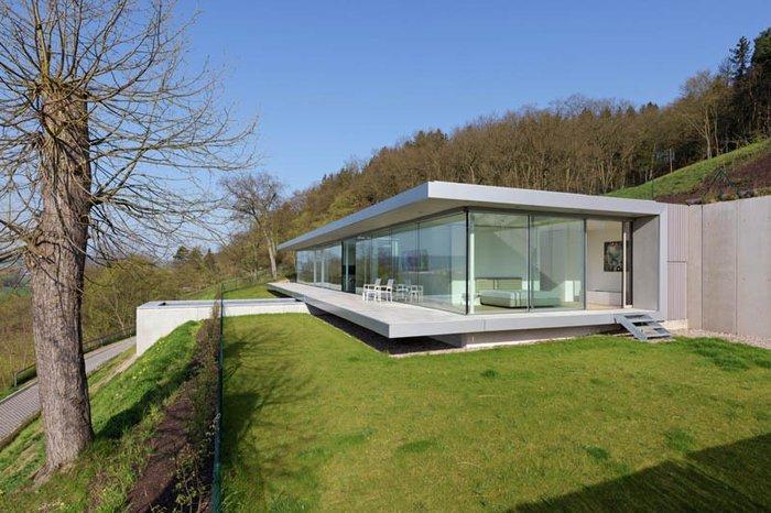 Δείτε το σπίτι από γυαλί, ατσάλι και τσιμέντο που... κρύβεται στον λόφο - εικόνα 2