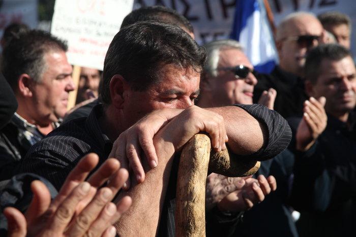 ΔΑΚΡΥΣΕ ΤΟ ΣΥΝΤΑΓΜΑ - Οι αγροτες τραγουδουν τον Εθνικο Ύμνο ΜΕ ΔΑΚΡΥΑ ΣΤΑ ΜΑΤΙΑ