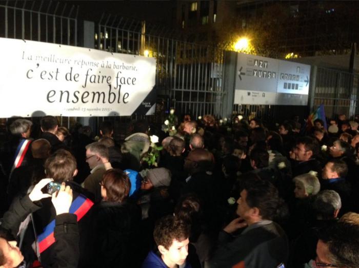 3.000 λευκά τριαντάφυλλα για τα θύματα του Παρισιού