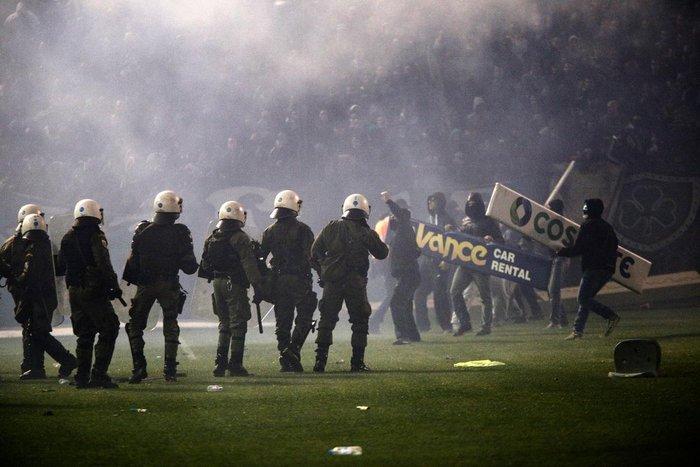 Εικόνες από τη Λεωφόρο της βίας στο ντέρμπι των αιωνίων - εικόνα 2