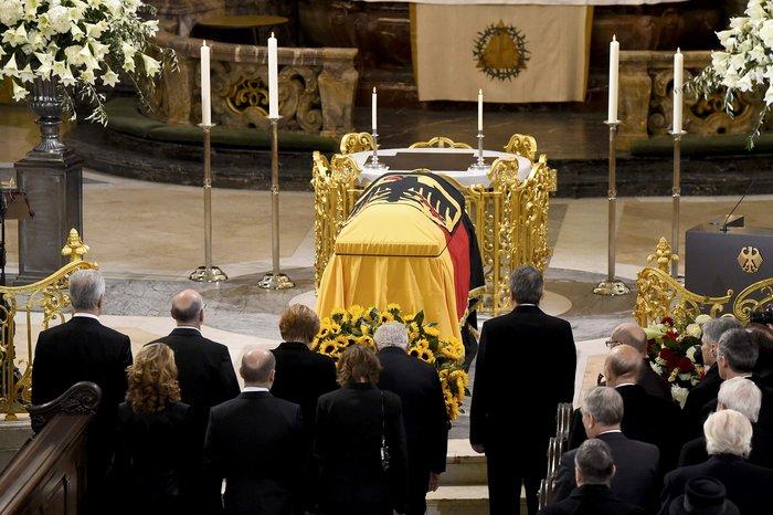 Με τιμές αρχηγού κράτους η κηδεία του Χέλμουτ Σμιτ - εικόνα 4