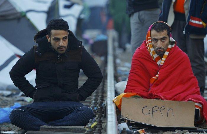 Απόγνωση: Μετανάστες στην Ειδομένη ράβουν τα χείλη τους - εικόνα 4