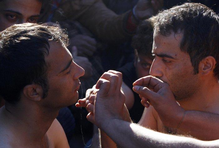 Απόγνωση: Μετανάστες στην Ειδομένη ράβουν τα χείλη τους - εικόνα 5