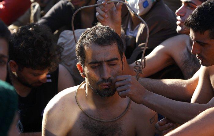 Απόγνωση: Μετανάστες στην Ειδομένη ράβουν τα χείλη τους - εικόνα 7