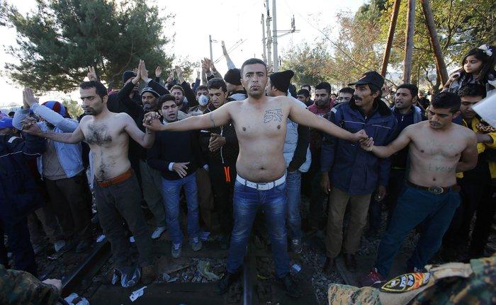 Απόγνωση: Μετανάστες στην Ειδομένη ράβουν τα χείλη τους - εικόνα 8
