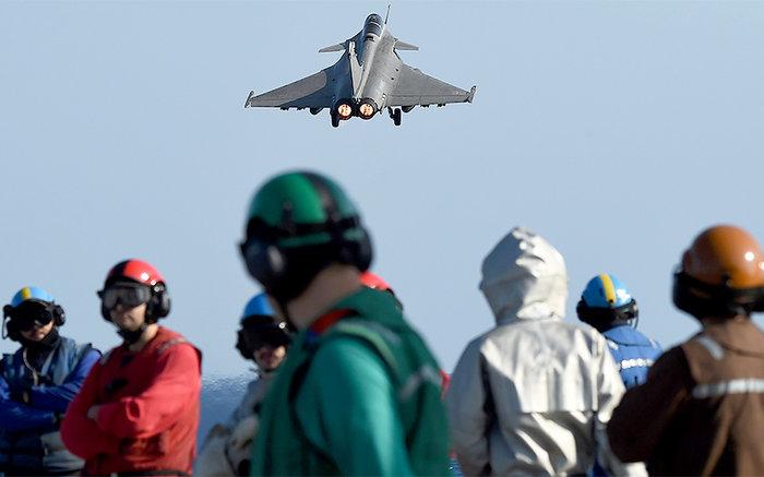 Μαχητικά από το «Σαρλ Ντε Γκωλ» βομβαρδίζουν τον ISIS - εικόνα 2