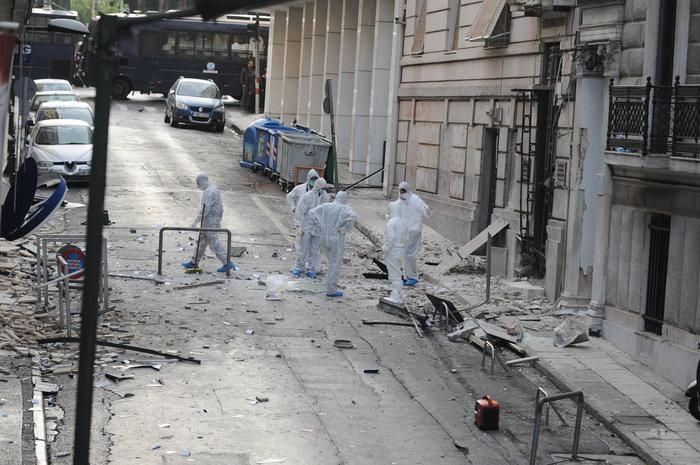 Βομβαρδισμένος τόπος η Ξενοφώντος μετά την έκρηξη στα γραφεία του ΣΕΒ
