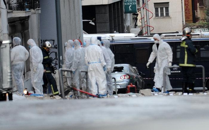 Βομβαρδισμένος τόπος η Ξενοφώντος μετά την έκρηξη στα γραφεία του ΣΕΒ - εικόνα 2