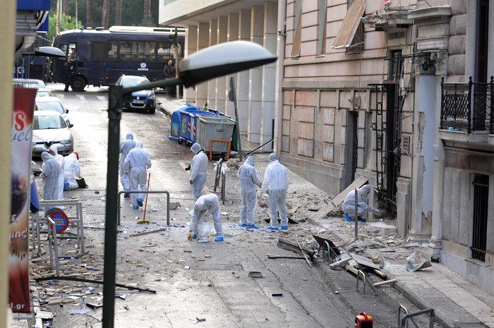 Βομβαρδισμένος τόπος η Ξενοφώντος μετά την έκρηξη στα γραφεία του ΣΕΒ - εικόνα 3