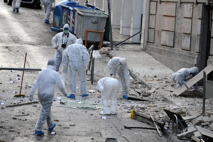 Βομβαρδισμένος τόπος η Ξενοφώντος μετά την έκρηξη στα γραφεία του ΣΕΒ - εικόνα 4