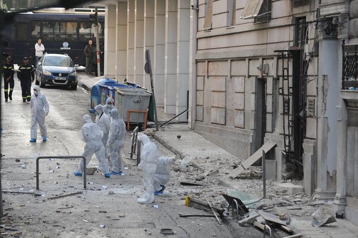 Βομβαρδισμένος τόπος η Ξενοφώντος μετά την έκρηξη στα γραφεία του ΣΕΒ - εικόνα 5