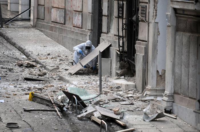 Βομβαρδισμένος τόπος η Ξενοφώντος μετά την έκρηξη στα γραφεία του ΣΕΒ - εικόνα 6