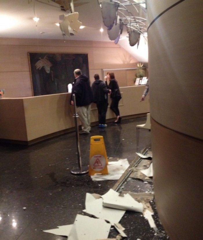 Βομβαρδισμένος τόπος η Ξενοφώντος μετά την έκρηξη στα γραφεία του ΣΕΒ - εικόνα 7