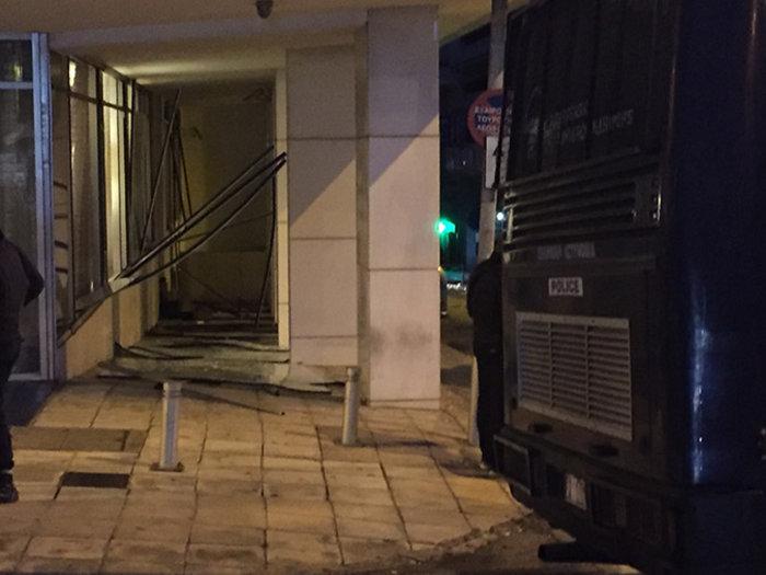 Βομβαρδισμένος τόπος η Ξενοφώντος μετά την έκρηξη στα γραφεία του ΣΕΒ - εικόνα 9